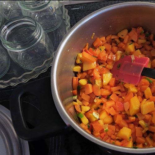 Mango-Aprikosen Konfitüre mit Zitronenmelisse und Pfefferminzblättern